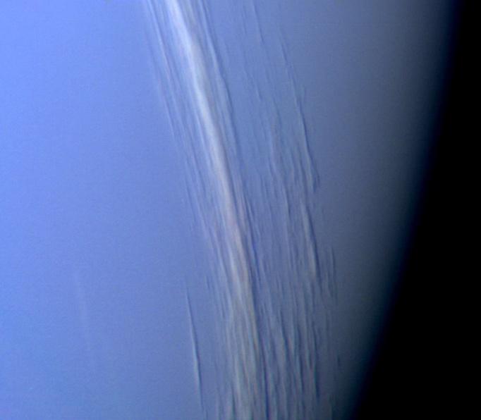 Bandas altas de nubes proyectando sombras en la capa baja de nubes de Neptuno