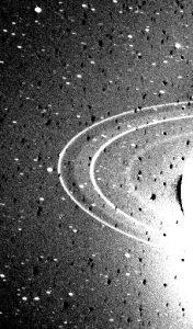 Imagen tomada con una sobreexposición de 591 segundos para resaltar los anillos más débiles.