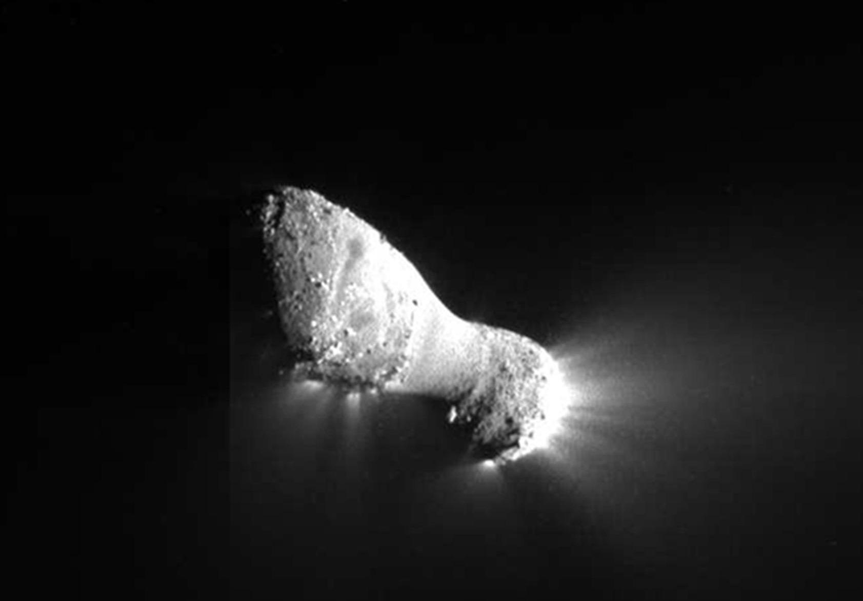Núcleo del cometa 103P/Hartley con chorros que fluyen hacia fuera