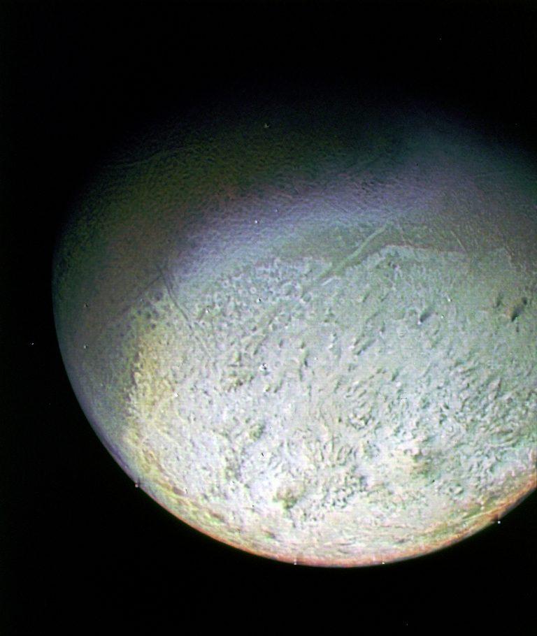 Tritón es una luna geológicamente activa, lo que originó una superficie compleja y reciente.