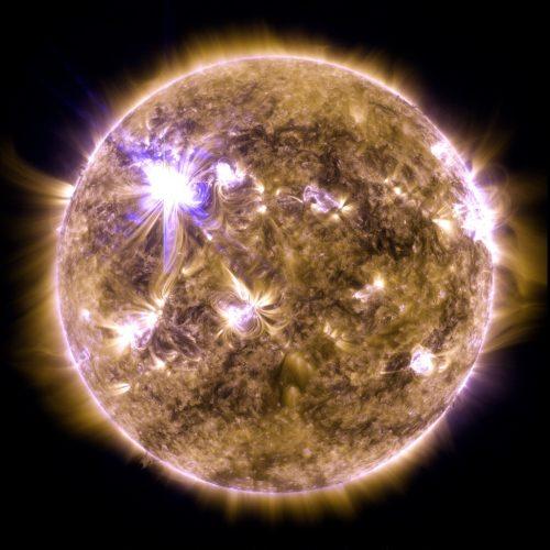 Una llamarada solar de clase X destella en el borde del Sol el 7 de marzo de 2012. Esta imagen fue capturada por el Observatorio de Dinámica Solar de la NASA y muestra un tipo de luz que es invisible para los ojos humanos, llamada luz ultravioleta extrema. Créditos: Centro de vuelo espacial Goddard de la NASA / SDO